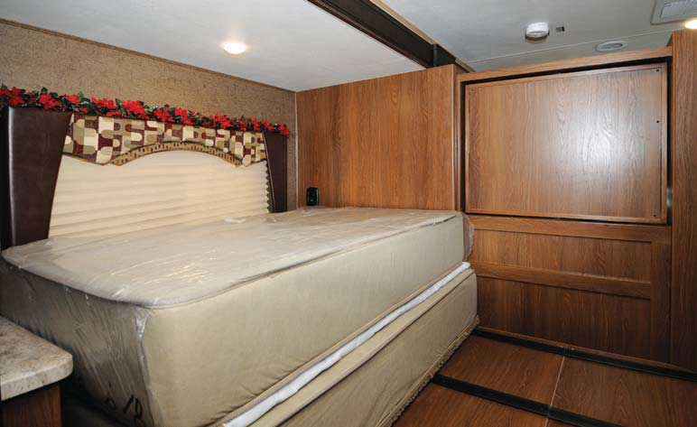coachmen-leprechaun-bedroom1